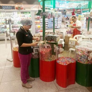 Hasta los dulces de la confitería son inspeccionados para determinar que son aptos para el consumo humano.