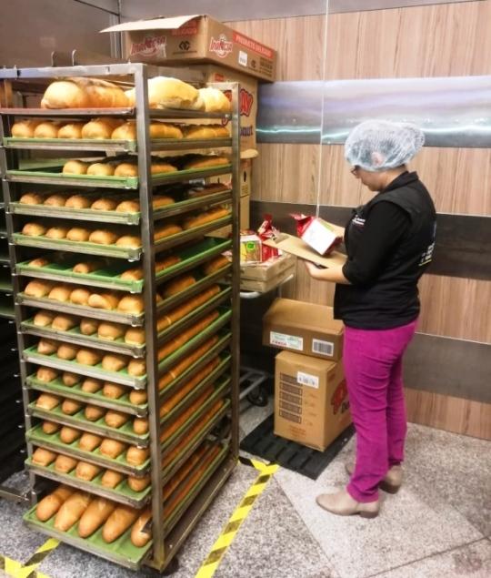 Verificando la fecha de caducidad de los panes.