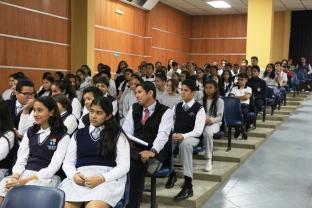 Estudiantes de Manta en el conversatorio con Adam Valdivieso y Emily Ulloa.