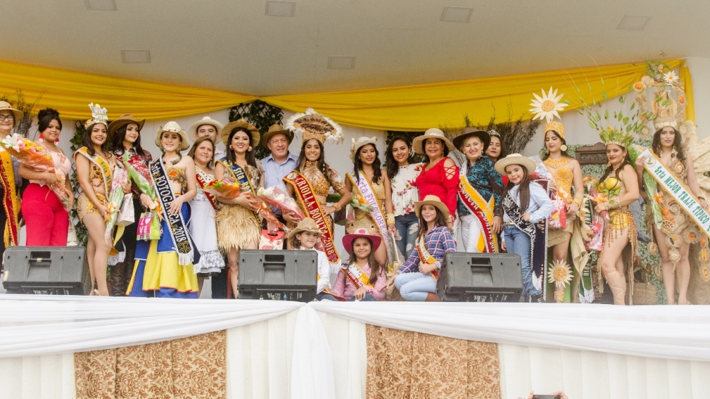 El alcalde de Chone, Deyton Alcívar, posa con las señoritas reinas de la belleza rural del cantón. Manabí, Ecuador.