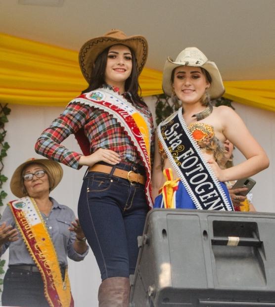 María Rosa Villavicencio, con la Señorita Fundación de Chone.