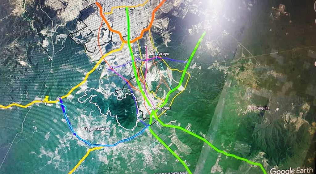 Imagen satelital de la ciudad de Montecristi y sobre ella el trazado de cuatro nuevos corredores viales. Manabí, Ecuador.