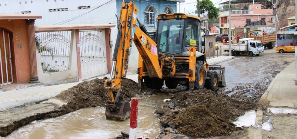 Daño de tubería y fuga de agua en el Barrio Abdón Calderón de Manta. Manabí, Ecuador.