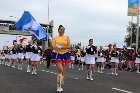 Colegialas bastoneras desfilan en Manta el día domingo 4 de noviembre de 2018. Manabí, Ecuador.
