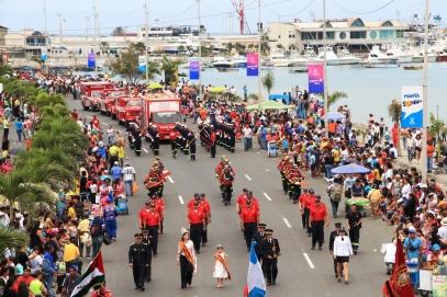 El Cuerpo de Bomberos de Manta desfila el 4 de noviembre de 2018 en la Avenida Jaime Chávez Gutiérrez (malecón). Al fondo, el Manta Yacht Club.