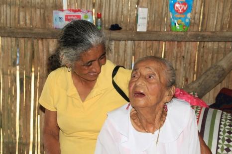 La sobrina Yolanda Rivera Calderón sirvió de interlocutora con los miembros de la delegación del Patronato municipal de Manta.
