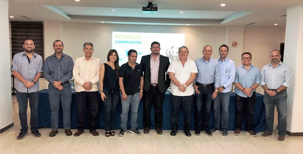 Empresarios de la pesca blanca de Manta, con el subsecretario de recursos pesqueros y delegados de la WWF. Manabí, Ecuador
