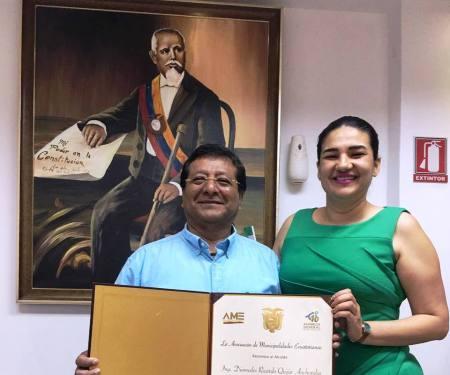 Alcalde de Montecristi muestra el Acuerdo de reconocimiento a su gestión que le confirió la AME. Manabí, Ecuador.