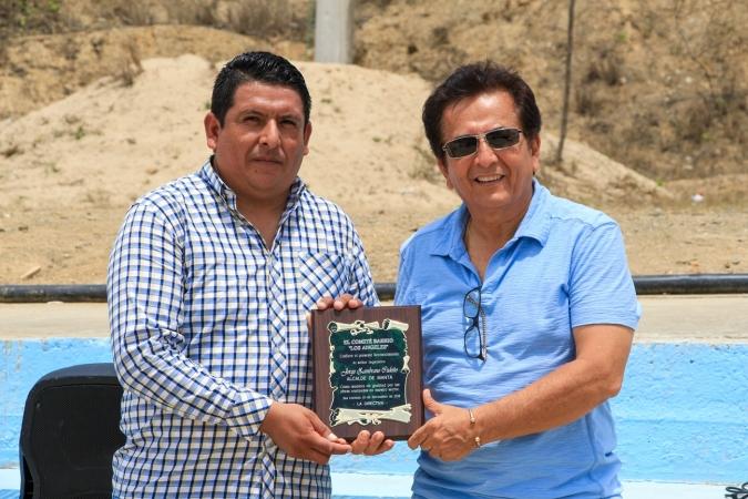 Hugo Pinargote (izq.), presidente del Comité Barrial de Los Ángeles, entrega al alcalde Jorge Zambrano la presea que reconoce su gestión municipal.