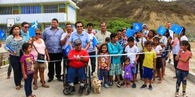 Inauguración de la vía pavimentada que conecta con la U.E. Unidocente Ecuador Amazónico, en Río Caña de Manta. Manabí, Ecuador.