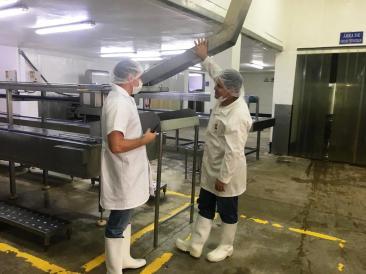 La inspección de Arcsa incluye el área de cocido de los túnidos.