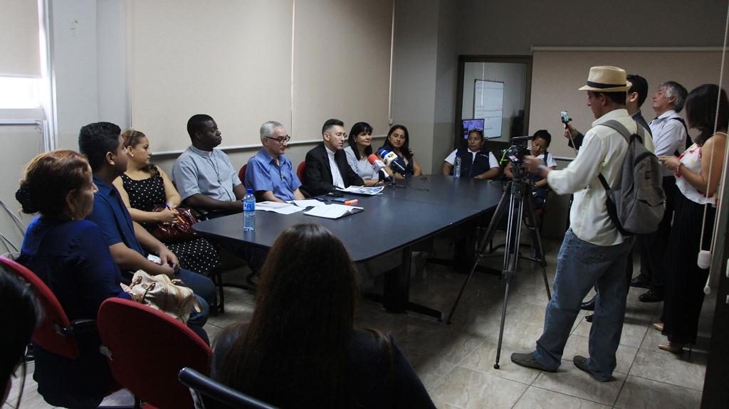 Promotores de la II Jornada Mundial de los Pobres informan de este evento a los periodistas de Manta. Manabí, Ecuador.
