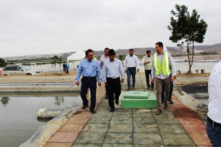 Humberto Cholango, ministro del agua de Ecuador, camina junto al alcalde de Manta, Jorge Zambrano, durante una visita a las lagunas de tratamiento de las aguas servidas de la ciudad de Manta. Manabí, Ecuador.