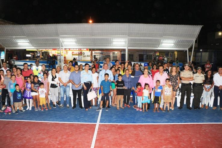 Después de la ceremonia inaugural, las autoridades municipales posaron junto a moradores del Barrio Jocay y sus líderes.