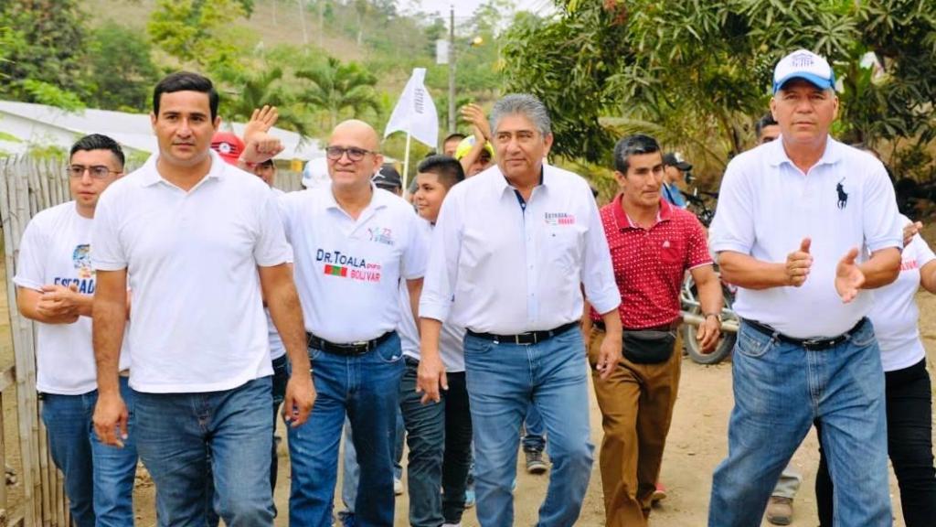 Omar Toala y Jaime Estrada Bonilla recorren una zona rural del Cantón Bolívar. Manabí, Ecuador.