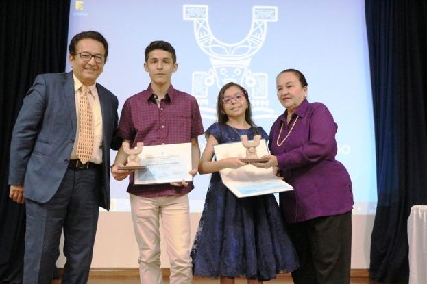 Los dos estudiantes cuyo ingenio es reconocido, posan con sus respectivos premios junto al alcalde Jorge Zambrano y a la concejala Margarita Mejía.