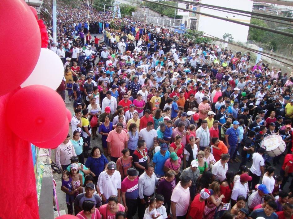 Balcones engalanados por el paso de la procesión en honor de la santa Virgen de Monserrate, en Montecristi, Ecuador.