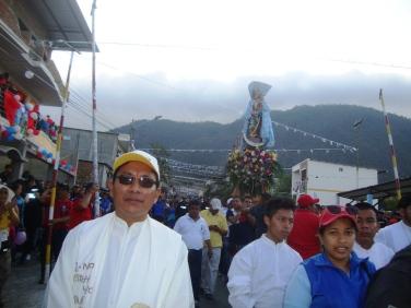 El sacerdote Ángel Toaquiza, párroco de Montecristi, conduce la procesión con la imagen de la Virgen de Monserrate.