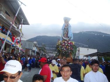El coloso cerro de Montecristi aparece aquí como telón de fondo para la procesión anual de la santa Virgen de Monserrate.