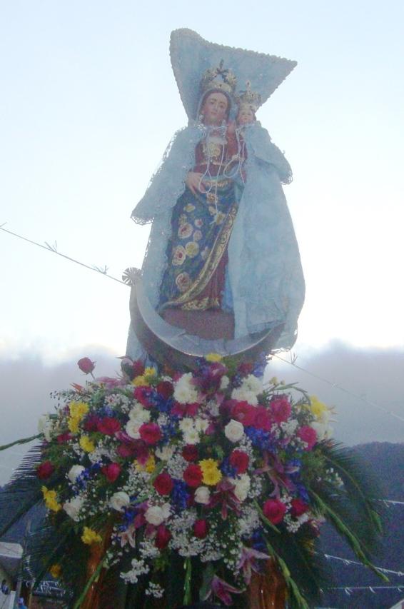 La Virgen de Monserrate, en la procesión anual por las calles de Montecristi, Ecuador.