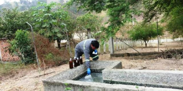 Un experto toma muestras del agua potable de Chone para someterlas a pruebas de laboratorio. Manabí, Ecuador.