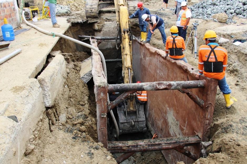 Trabajos de reparación de una tubería del alcantarillado sanitario de Manta. Manabí, Ecuador.