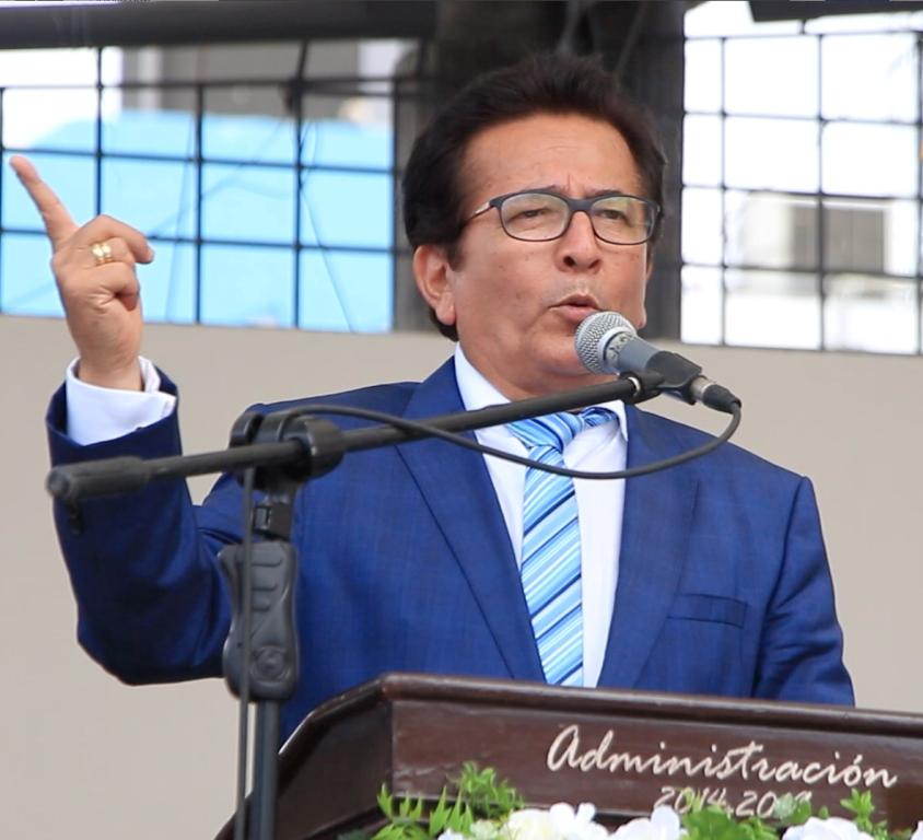Jorge Zambrano Cedeño, alcalde del Cantón Manta, pronunciando el discurso de orden en la sesión solemne del Concejo municipal por el aniversario 96 de la cantonización. Manabí, Ecuador.