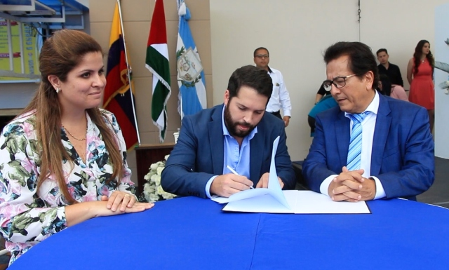 Actores de la suscripción de un contrato para reconstruir la tribuna del Estadio Jocay de Manta destruida en el terremoto del 2016. Manabí, Ecuador.