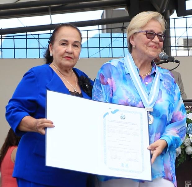 Nora Escobar, en representación del Grupo de Teatro Jocay (Manta) recibió el premio municipal Mérito Artístico, durante la sesión solemne del Concejo municipal por el aniversario 96 de Manta. Manabí, Ecuador.