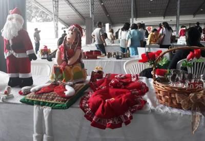 Artesanías navideñas en feria y rueda de negocios para emprendedores. Santo Domingo, Ecuador.
