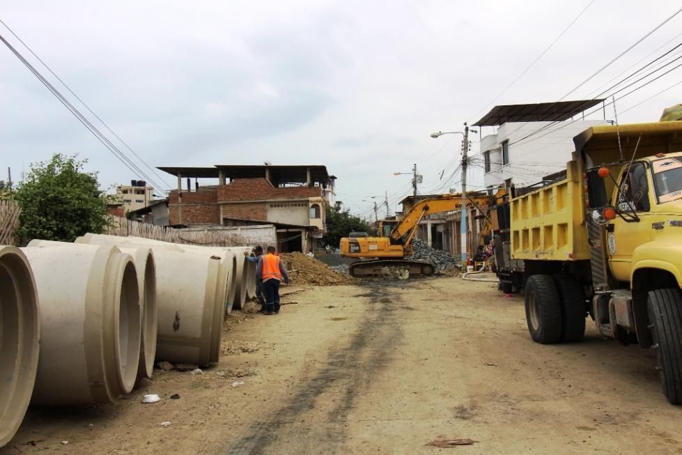 Tubos de cemento para reparar daños en colector de aguas servidas del Barrio La Ensenadita, Manta. Manabí, Ecuador.