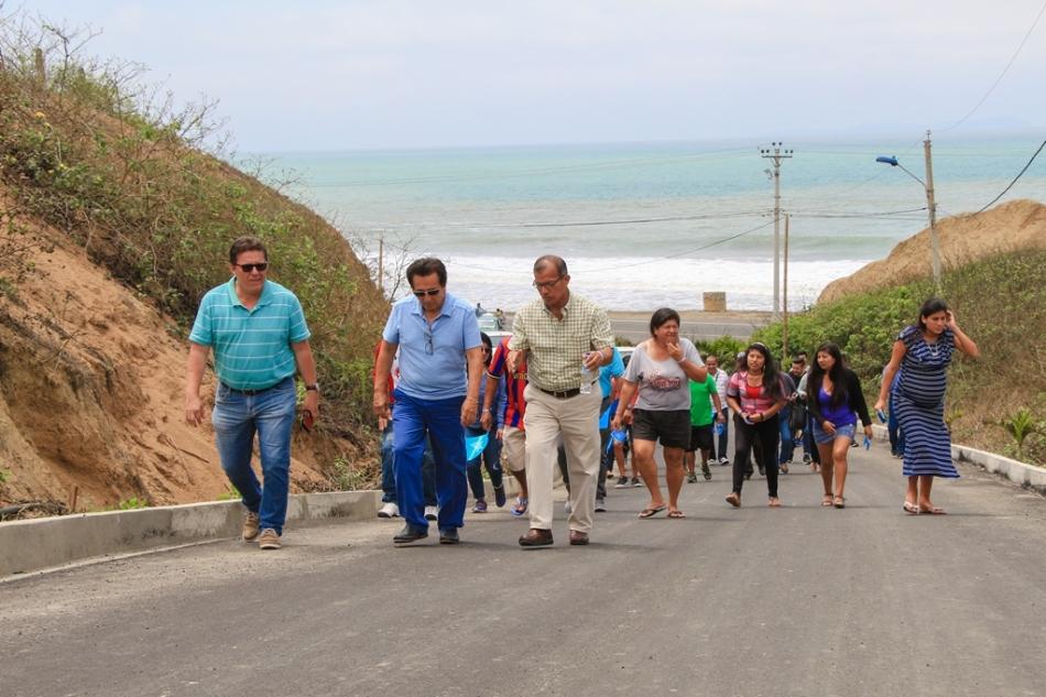 El alcalde de Manta y un concejal, junto a moradores del sitio, recorren la flamante vía de Los Ángeles, Parroquia San Lorenzo de Manta. Manabí, Ecuador.