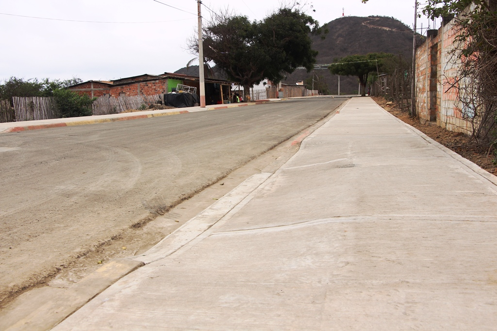 Vía que conduce hacia El Faro de San Lorenzo, Manta. Manabí, Ecuador.