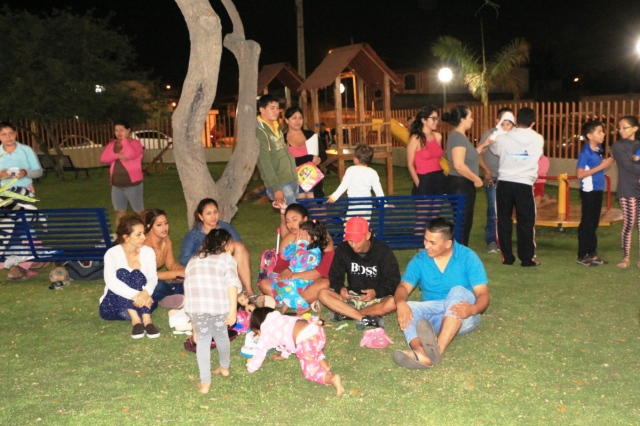 Familias en el parque del Barrio Centenario de Manta. Manabí, Ecuador.