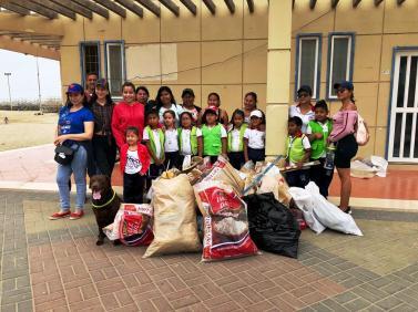 El grupo de mingueros voluntarios y la basura que recogieron.