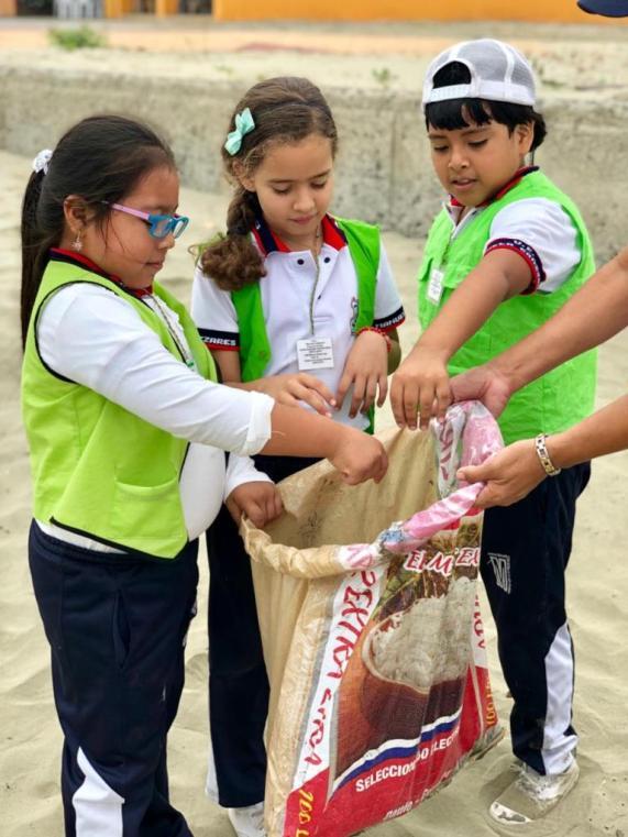 """La recolección de desechos les sentó """"como anillo al dedo"""", porque ellos reciclan para hacer manualidades de un programa escolar."""