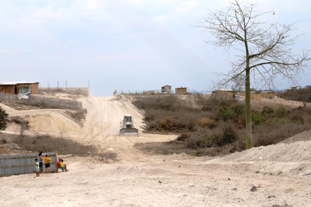 Obra municipal en pueblitos de Montecristi, vías 1