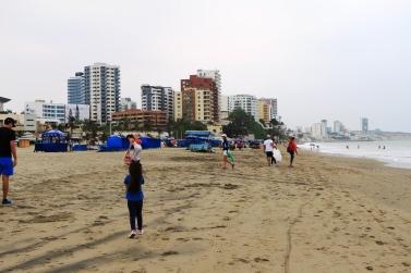 """La icónica Playa El Murciélago de Manta, el día de la minga de limpieza """"Todos somos turismo""""."""
