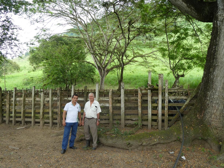 El hacendado Ramón Molina Intriago posa en su propiedad junto al registrador de la propiedad de Chone, abogado Exipión Zambrano Risco (izq.).