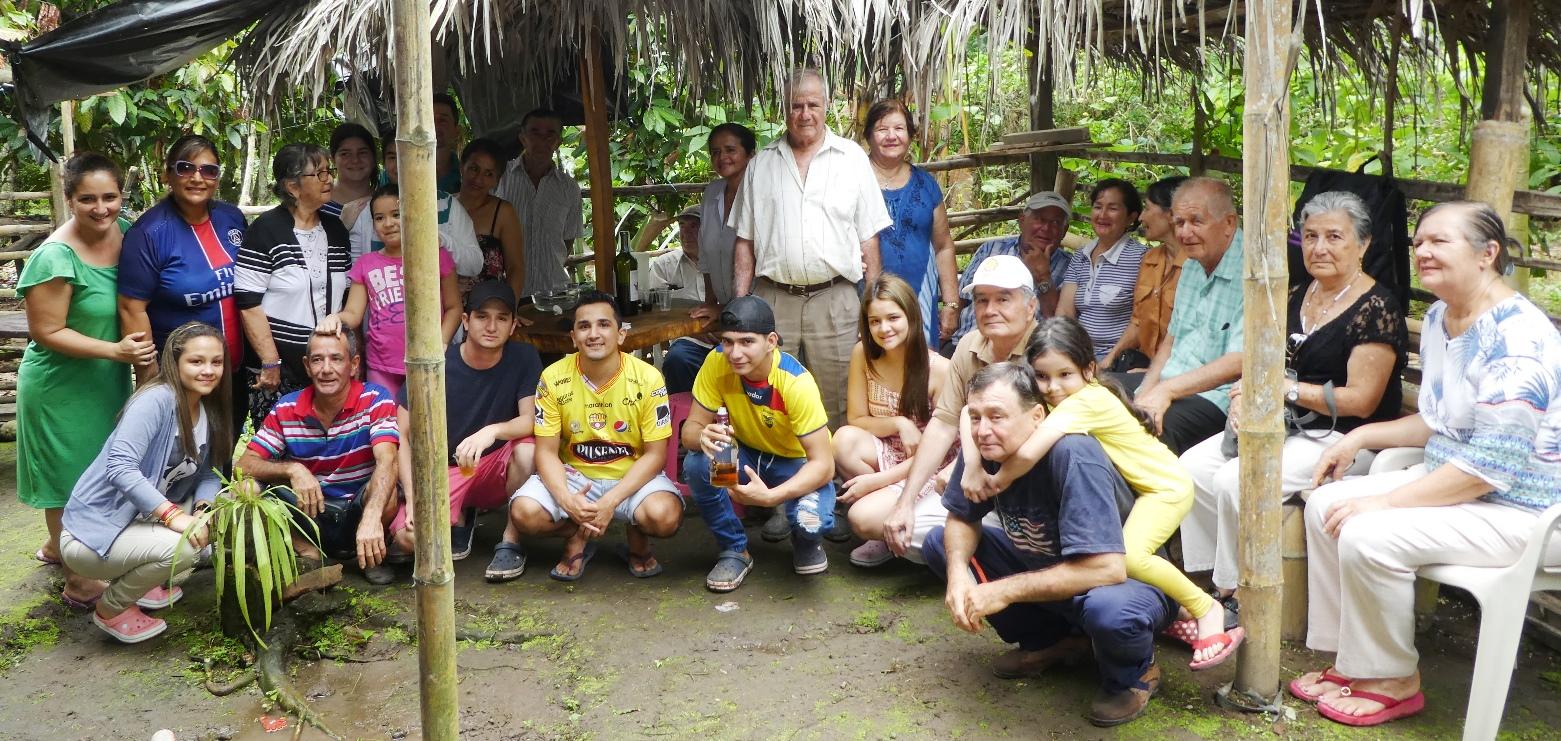 El anfitrión Ramón Alcides Molina Intriago y sus invitados al almuerzo campestre en la Hacienda La Arabia de Chone.