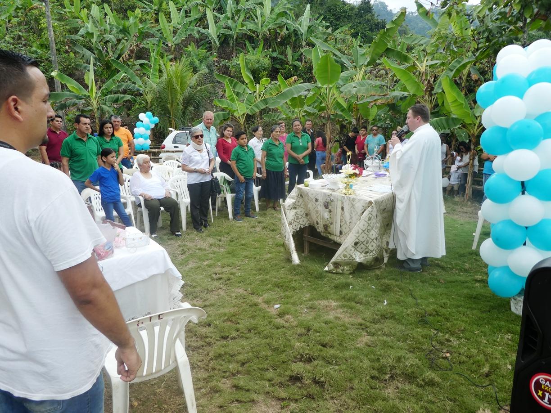 La misa de acción de gracias oficiada por el sacerdote Alfredo Eras, párroco de Santa Rita de Casia