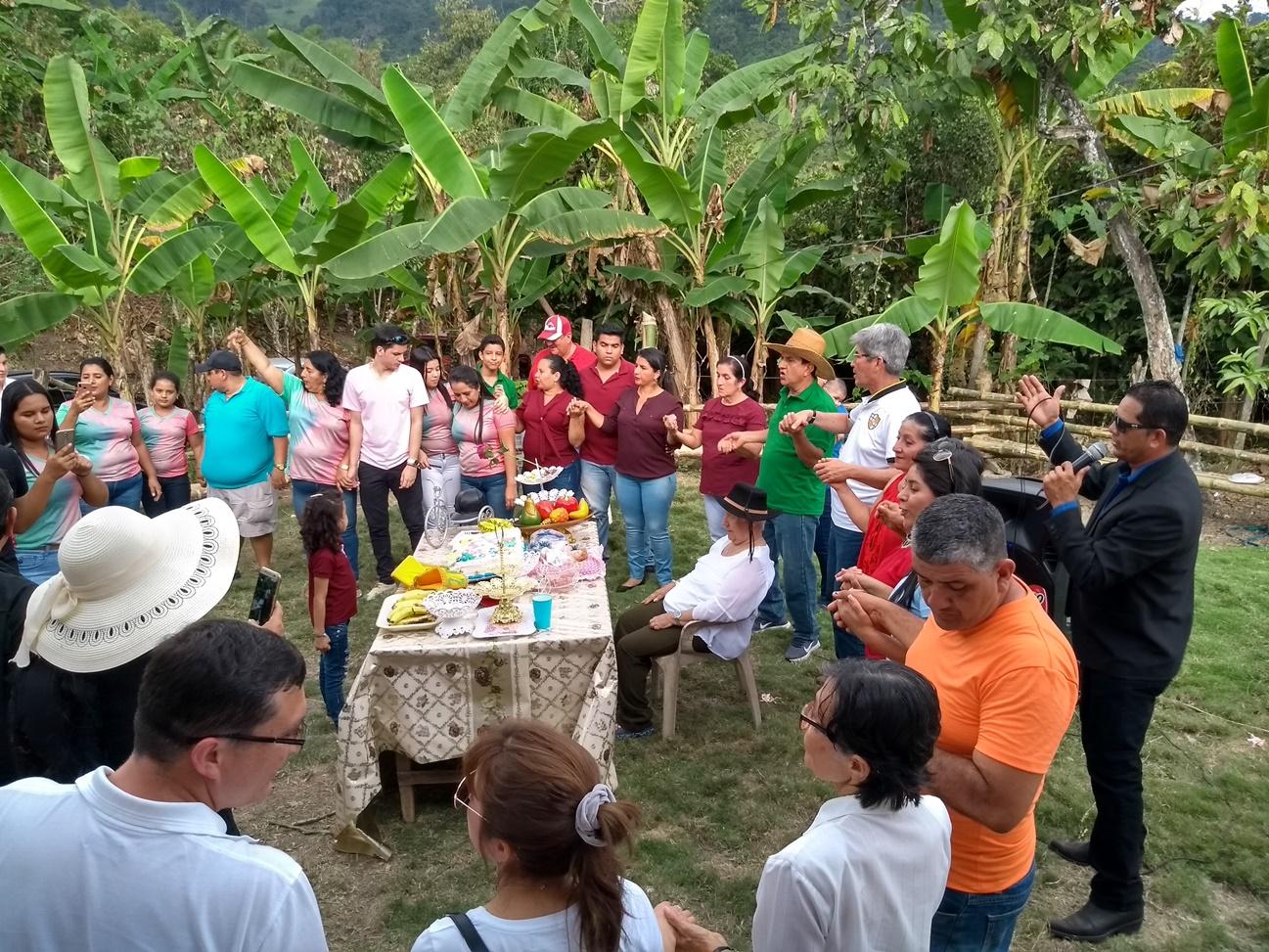 El momento de cantar y bailar la melodía Brindo por la familia, animada por Anthony Barberán.