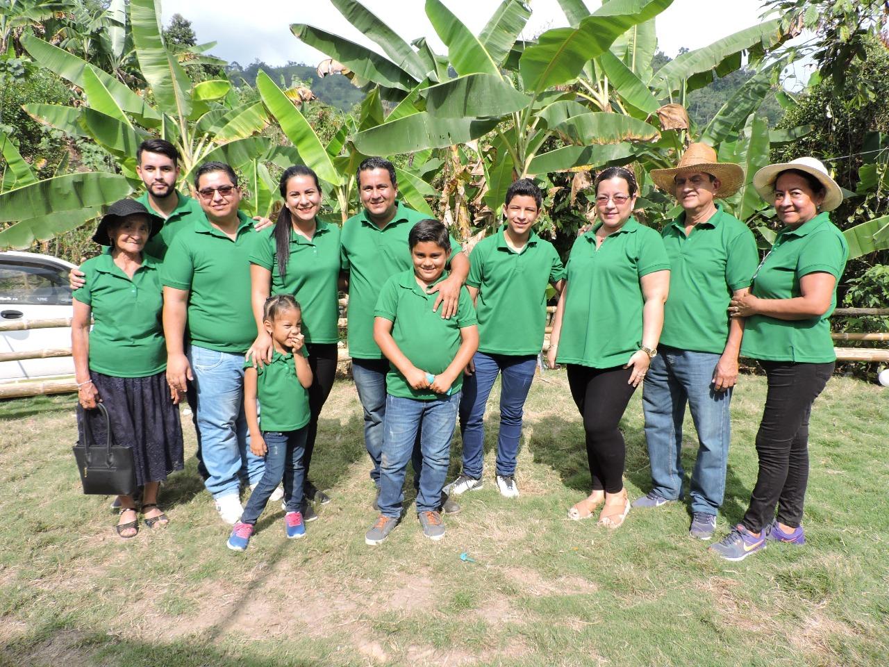Ángel Exipión Zambrano Risco (segundo por la derecha) y su familia. Ganaron el primer premio del grupo mejor uniformado.