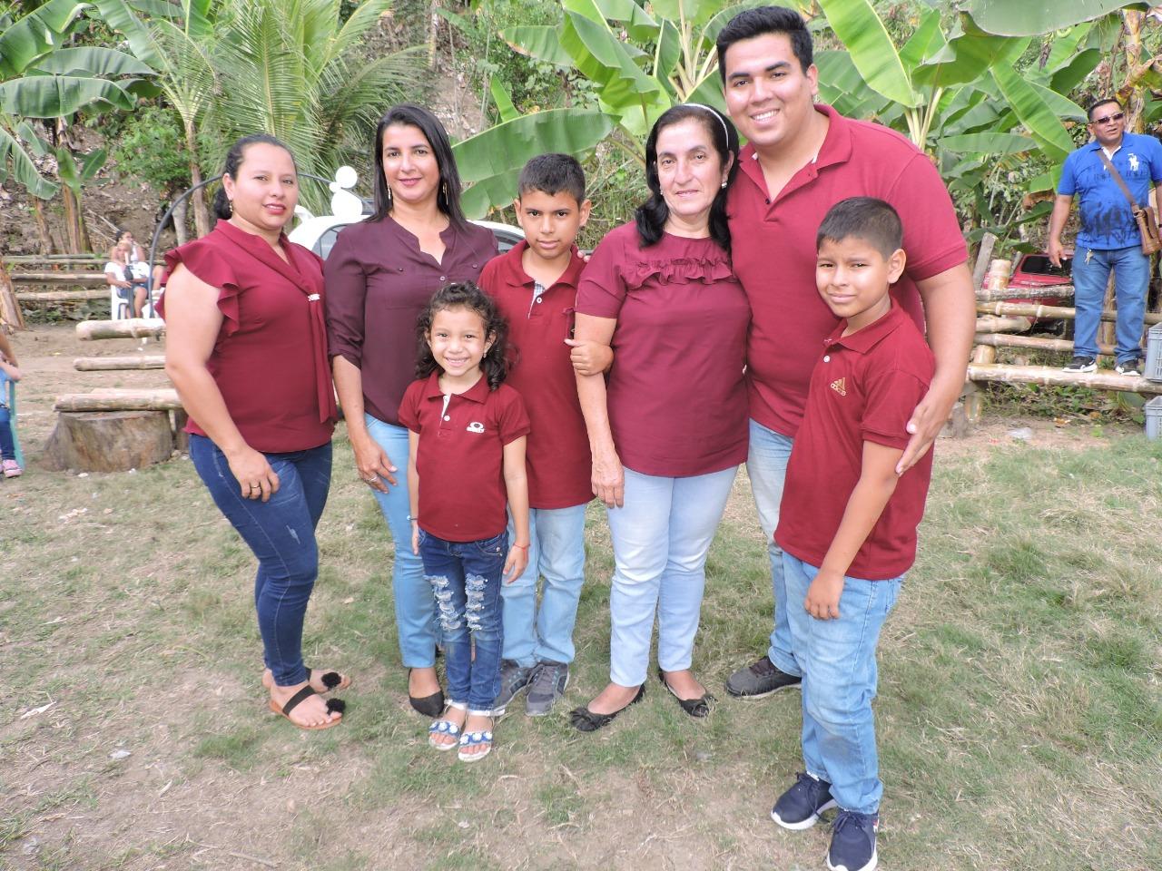 Grety Zambrano Risco (tercera desde la derecha) y su familia. Ella ganó el concurso de Señora Reencuentro 2019.
