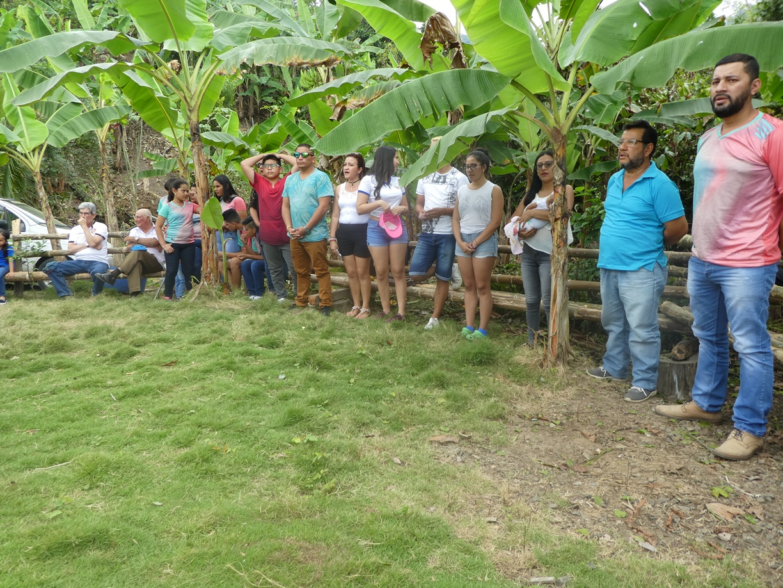 Ambiente alrededor de la casa de hacienda. Parte de los familiares invitados a la celebración, con uno de los oferentes: Héctor Geovanni Zambrano Risco (segundo desde la derecha).