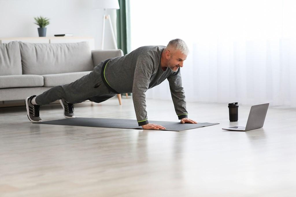 actividad fisica masculina dentro de casa