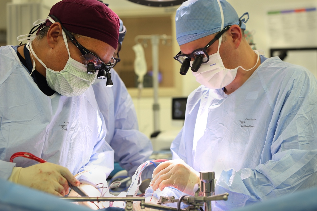 Médicos del Hospital Weston de la Clínica Cleveland (Florida, E.U.A.) durante el primer trasplante de hígado de donante vivo./  ATREVIA